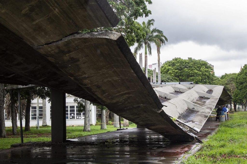 Colapso pasillo techado UCV / Foto Tairy Gamboa - Crónica Uno
